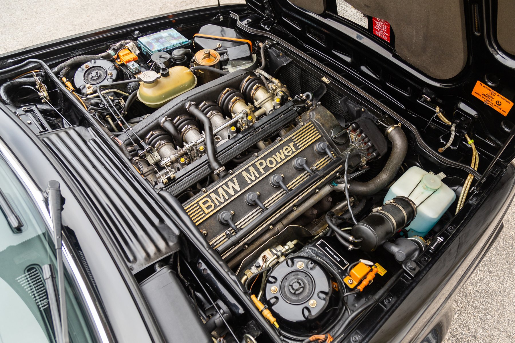 The longitudinally mounted front engine is a road-legal evolution of the one originally mounted on the M1 and is equipped with a catalyst